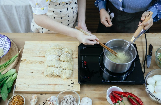 women teaching how to use a pressure cooker
